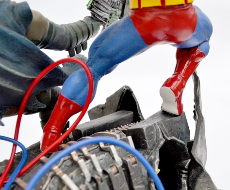 superman-and-batman-statue-detail-4